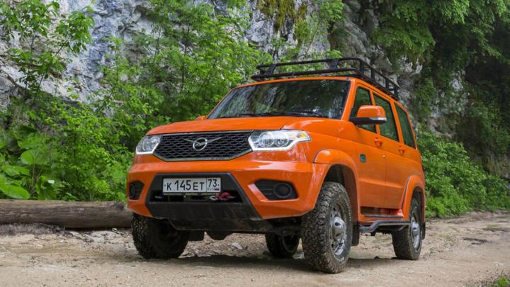 В Новосибирске начали продавать новый УАЗ — в нем есть коробка-автомат, хром и кожаные сиденья