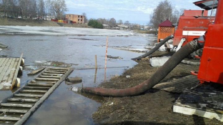 В поселке под Уфой затопило центральную улицу