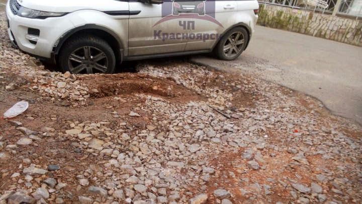 На «Взлётке» Range Rover застрял в яме на парковке
