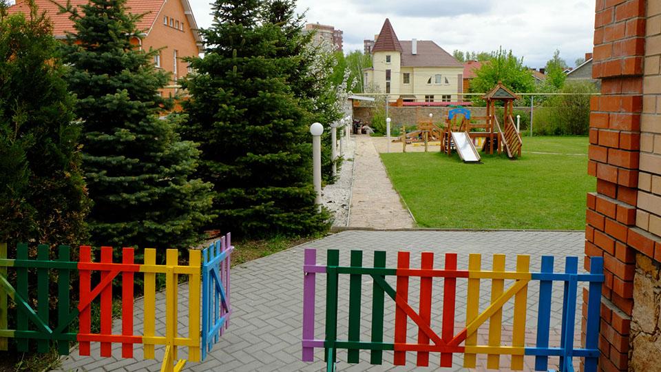 Новый садик располагается в большом коттедже с огороженной территорией на Северо-Западе города