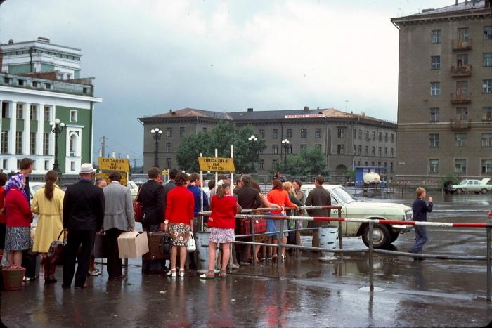 Очередь на стоянке такси у вокзала Новосибирск-Главный