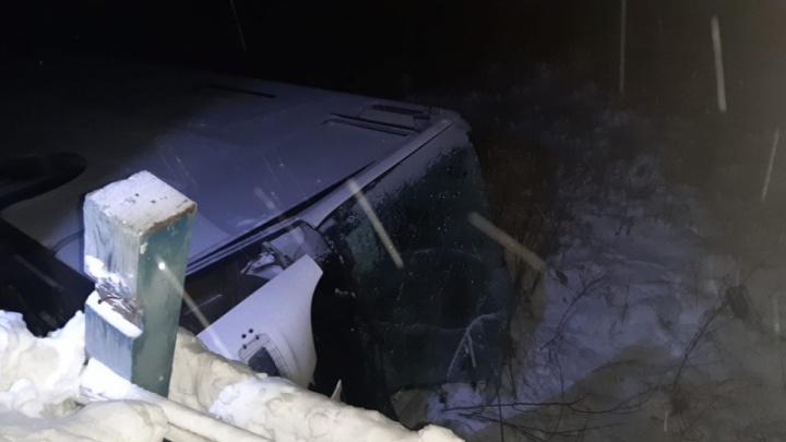 Автобус с вахтовиками рухнул с моста под Лесосибирском