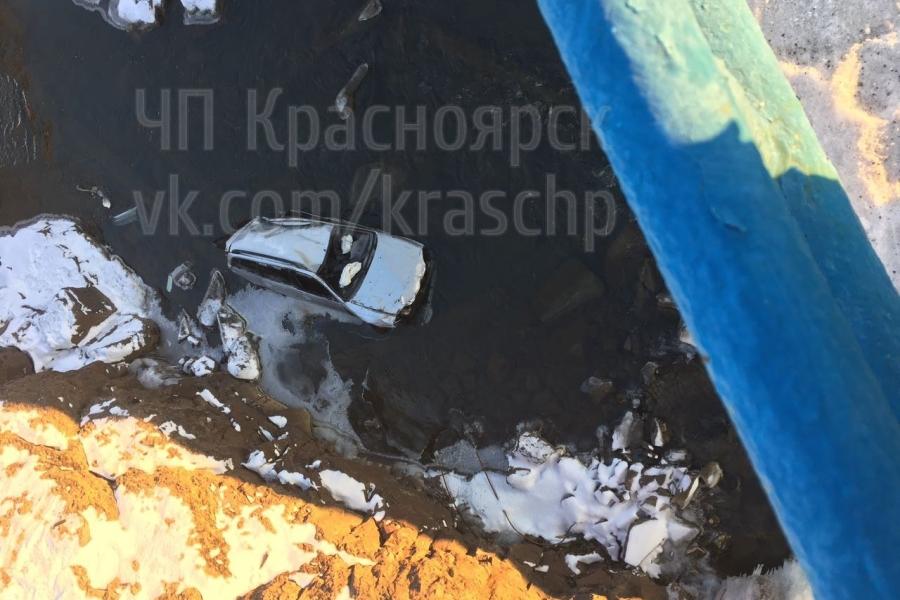 ВНорильске иностранная машина вылетела с дороги иупала вреку