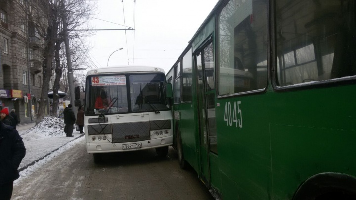 Автобус и троллейбус с пассажирами попали в аварию на Станиславского