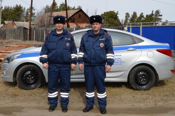 Лейтенант полиции Дмитрий Макарьев и лейтенант полиции Сергей Горн вывели из горящего дома двух человек.