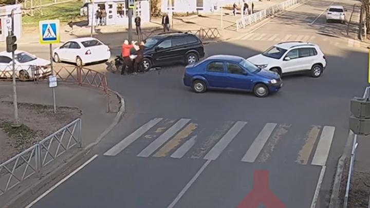 В Ярославле попавшие в ДТП водители устроили разборки на дороге: видео