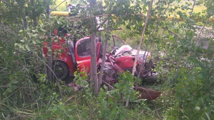 В поселке Исеть Toyota вылетела с дороги после неудачного обгона