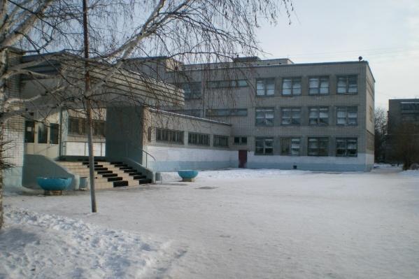 Сейчас школу закрыли на капитальный ремонт
