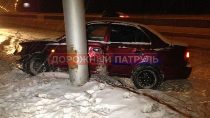 В Уфе Hyundai влетел в столб, уходя от столкновения с Land Rover