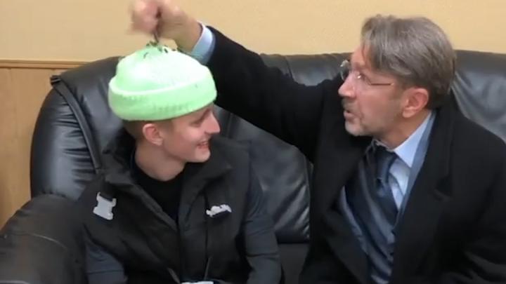 Шнуров высыпал семечки на голову17-летнему участнику «Голоса» из Екатеринбурга