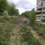 «Разбили дорожку, сломали деревья»: челябинцы встали живым щитом, чтобы спасти газон от строителей