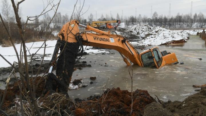 На выезде из Екатеринбурга в Верхнюю Пышму в озере затонули два экскаватора