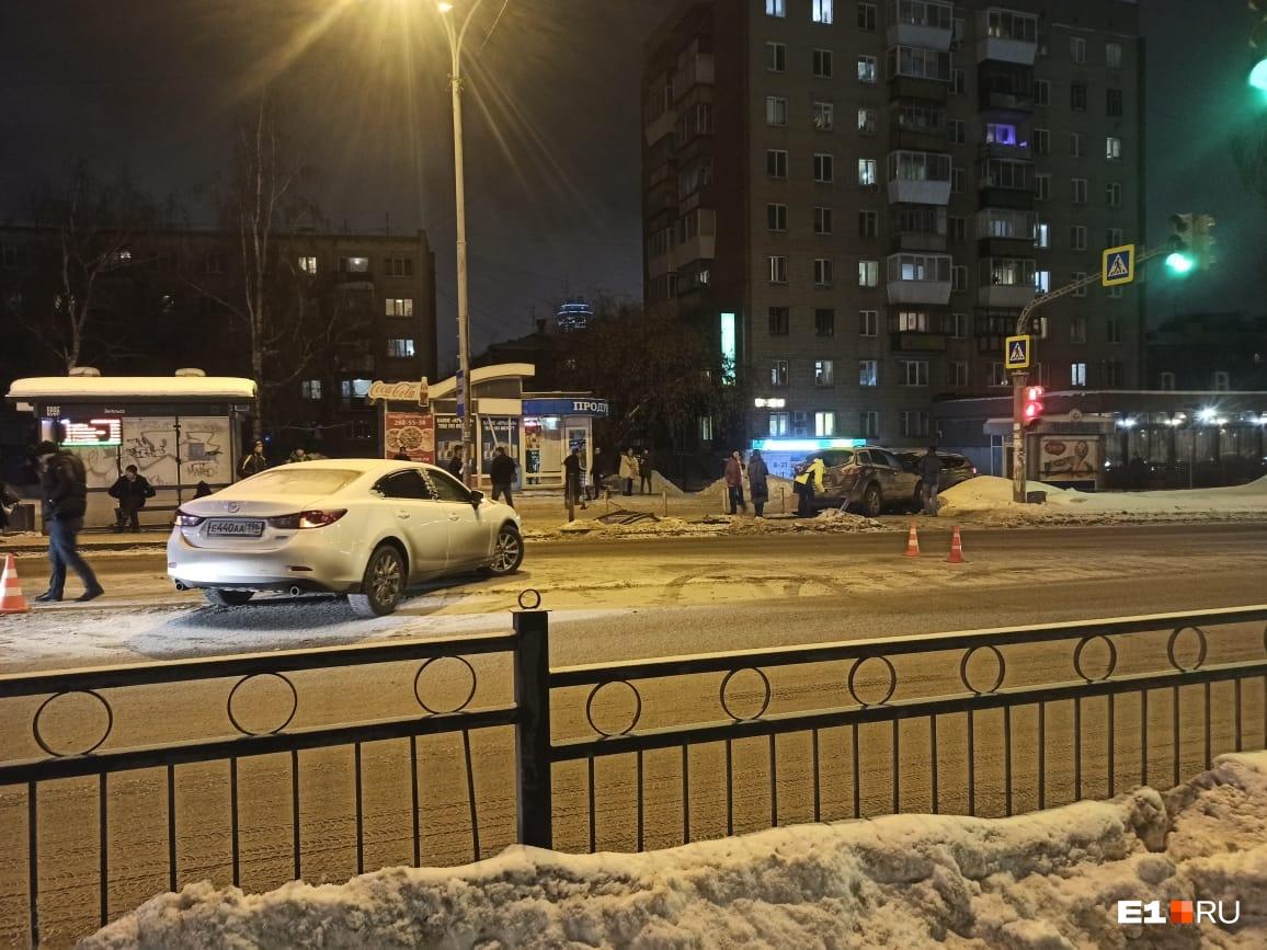 По словам очевидцев, водитель Mazda выехал с заправки и стал перестраиваться в левый ряд, где в это время ехал Nissan