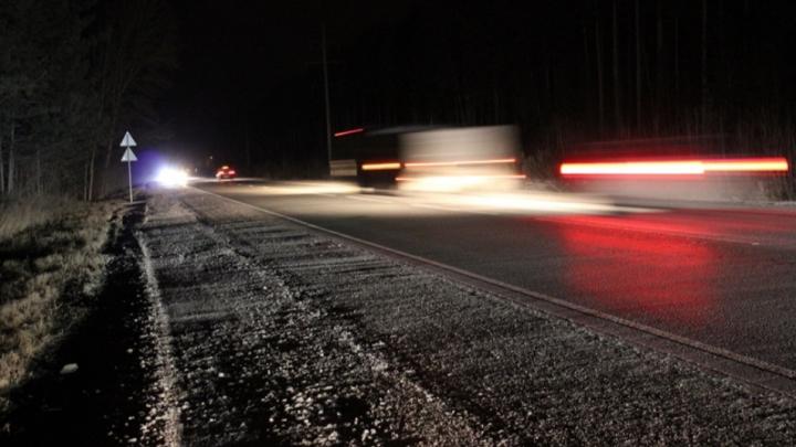 Под Новосибирском автомобиль улетел в кювет— один человек погиб