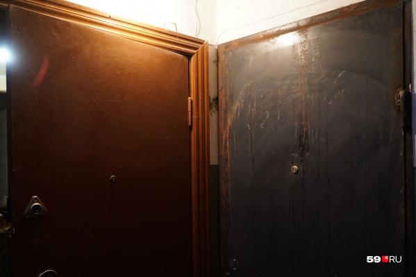 За серой дверью справа — склад дурнопахнущих вещей с мусорки