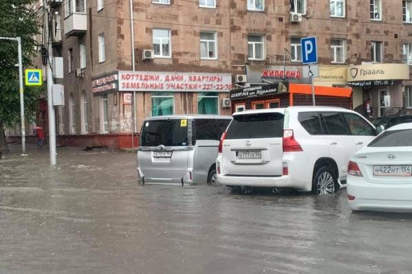 Дорогу на Красном проспекте затопило в районе площади Калинина