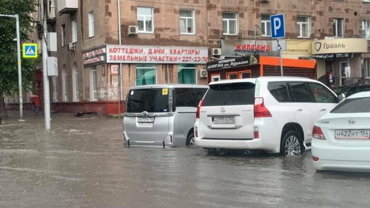 Топит второй день подряд: в Новосибирске снова пошёл сильный дождь
