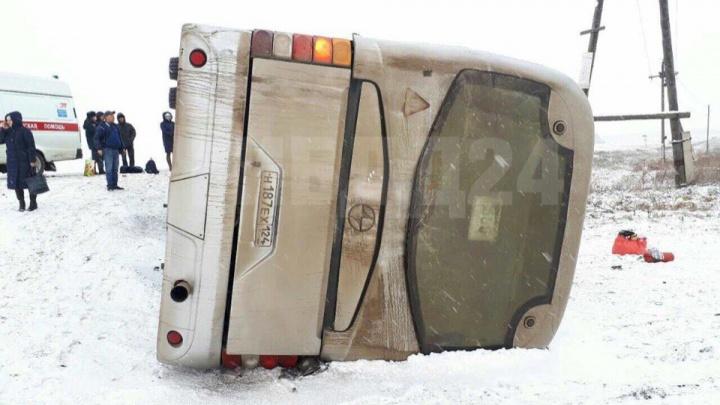 На заснеженной трассе перевернулся междугородний автобус