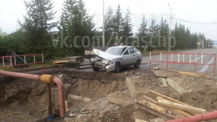 Пьяный водитель без прав съехал в вырытую строителями яму на Дубровинского