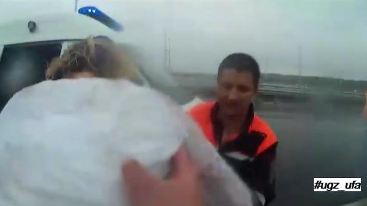 В Уфе с Затонского моста сняли женщину