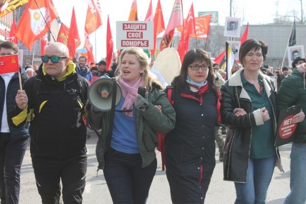 Активистка Елизавета на митинге 7 апреля — вторая справа