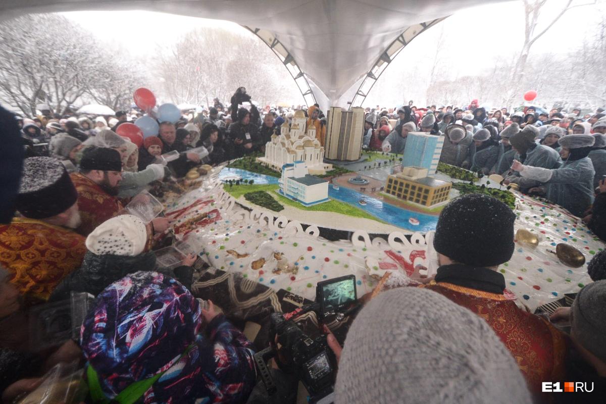 В Екатеринбурге решили побить мировой рекорд и состряпали такой  кулич, что на нем уместилась целая река со зданиями по ее берегам . Вес кулича— 3 тонны 700 килограммов