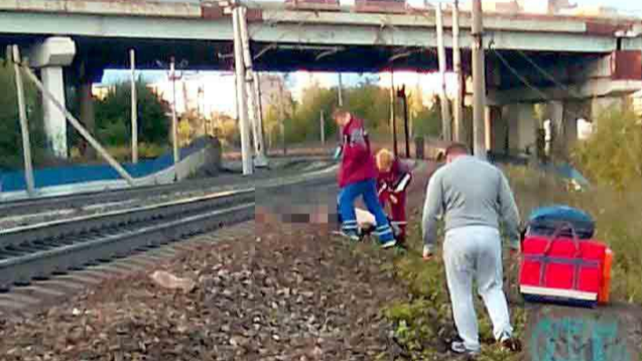 В районе переезда Чкалова — Стаханова на железнодорожных путях погиб человек