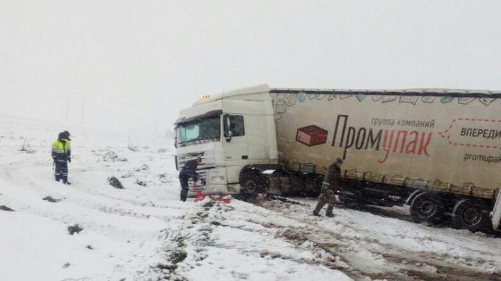 Разогнавшуюся фуру занесло на трассе: водителю помогли дорожники