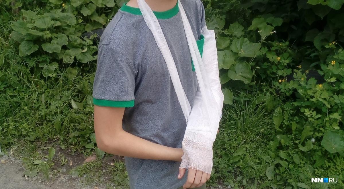 Девочка пострадала, когда гуляла на территории детского садика. О случившемся воспитательница решила сказать родителям только через несколько часов