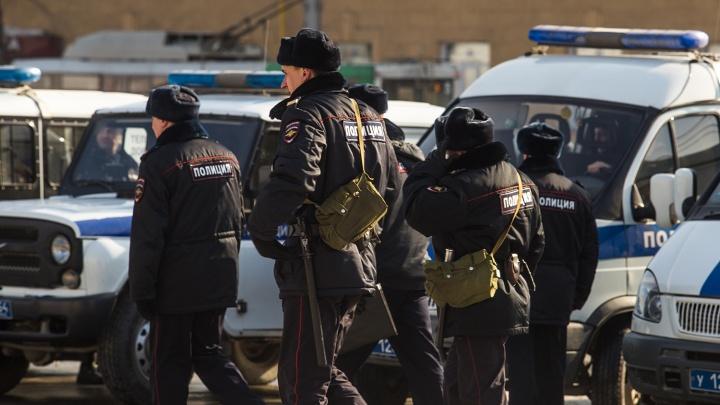 Новосибирцев попросили помочь в поиске подозреваемого в убийстве с числом 13 на мизинце