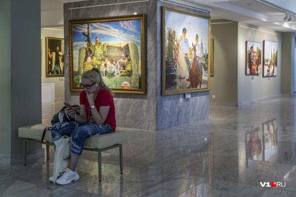 Шестьдесят картин студии имени Верещагина специально были нарисованы к трехвековому юбилею полиции России