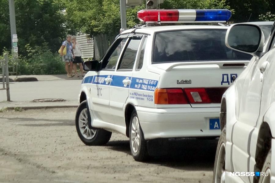 Омич сел заруль полицейского автомобиля, опрокинул его и умер