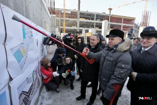 Алексей Наговицын, ответственный за конгресс-холл, травмировал ногу, но это не помешало ему презентовать проект для Виталия Мутко<br><br>