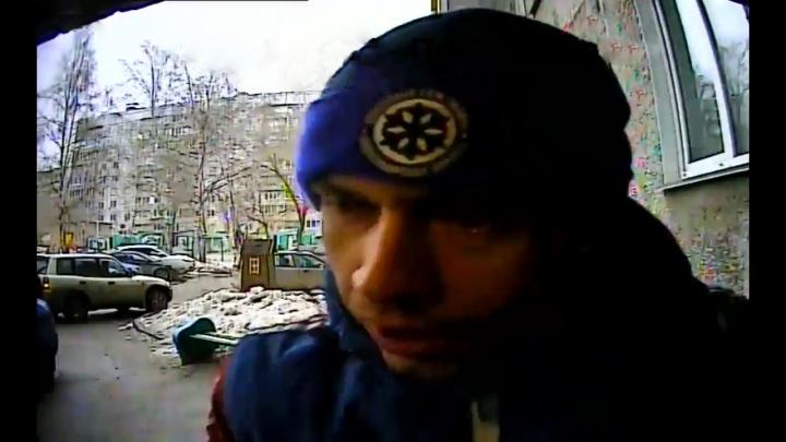 Видео: мошенник проник в квартиру, чтобы сломать старушке нос и украсть 200 долларов