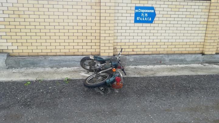 На окраине Екатеринбурга двое парней разбились на мотоцикле, врезавшись в кирпичный забор