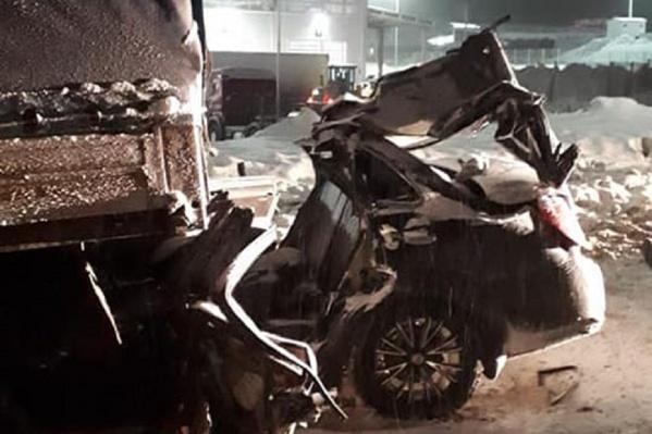 Чтобы достать людей из салона машины, пришлось резать кузов