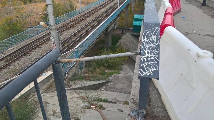 «Где рванет дальше?»: танцующие перила Астраханского моста в Волгограде укрепили трубой