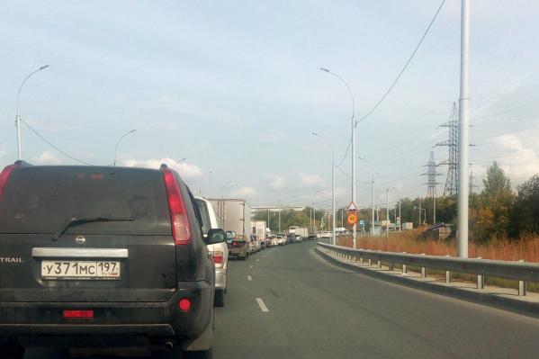 По словам читательницы НГС, пробка собирается из-за светофора