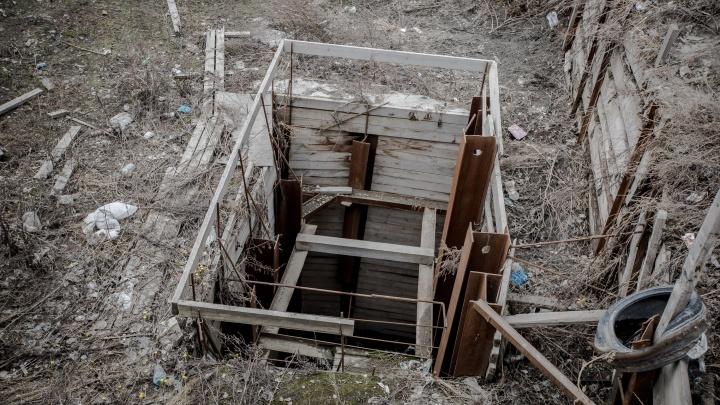 Бездна у детской площадки: во дворах на Галущака нашёлся опасный коллектор