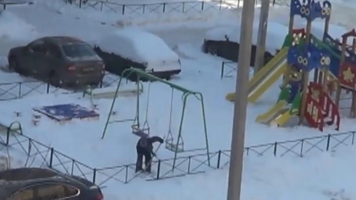 Мальчик устал от сугробов на детской площадке в Стерлитамаке и раскидал снег сам