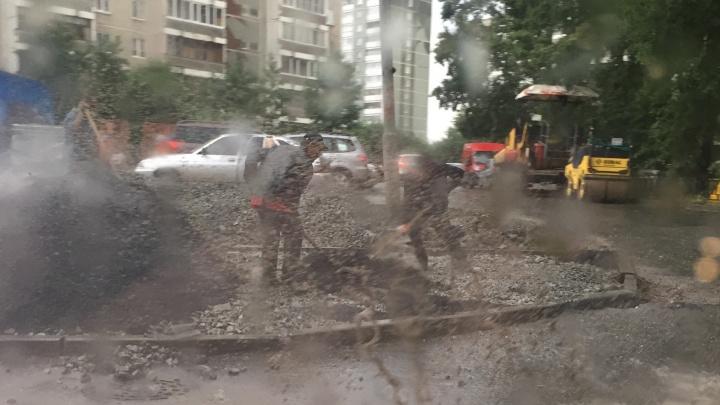 Екатеринбуржцы застукали ремонтные бригады, укладывающие асфальт прямо в лужи и под дождём