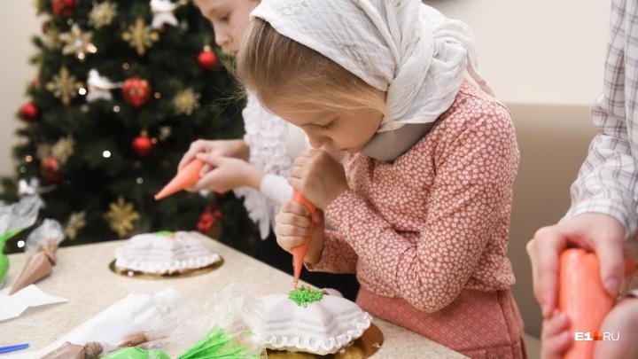 В Ново-Тихвинском монастыре испекли праздничную василопиту с монетками по старинному рецепту