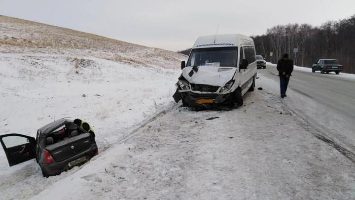 На трассе в Башкирии погиб человек: микроавтобус «Башавтотранса» протаранил легковушку