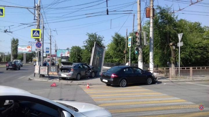 Влетели в женщину, столб и щит: ДТП с двумя иномарками и прохожей сняли на видео в Волгограде