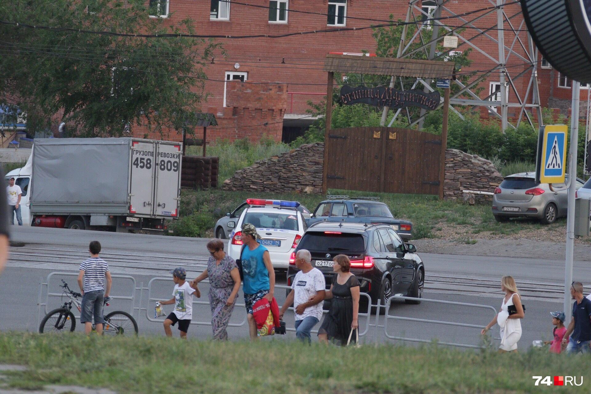Кортеж чиновников умчался с концерта на аглофабрику, куда скоро приедет Путин