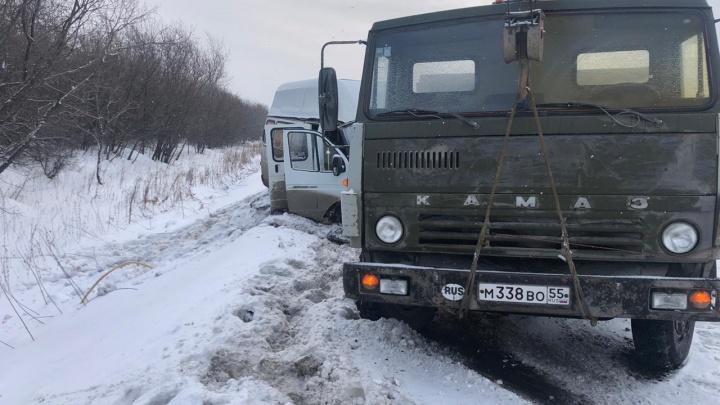 На Красноярском тракте столкнулись маршрутка и КАМАЗ — пострадали два человека