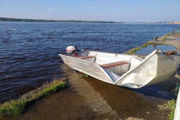 Лодка врезалась в причал, оставшись без управления