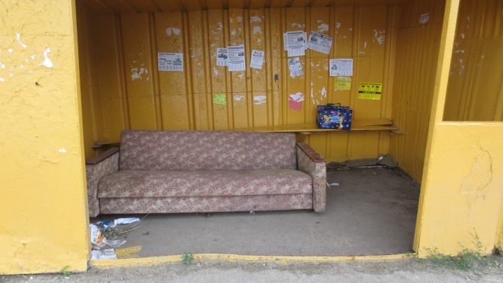 «Телевизор надо»: в Рыбинске на остановке поставили диван