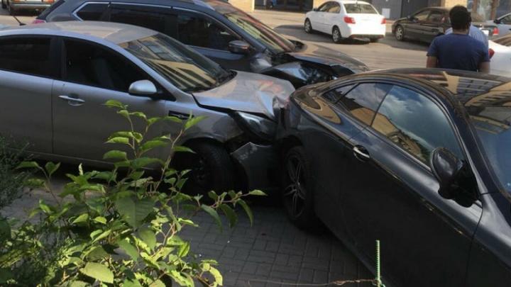 В центре Ростова водитель «Киа» протаранил припаркованный «Мерседес» и «Ниссан»