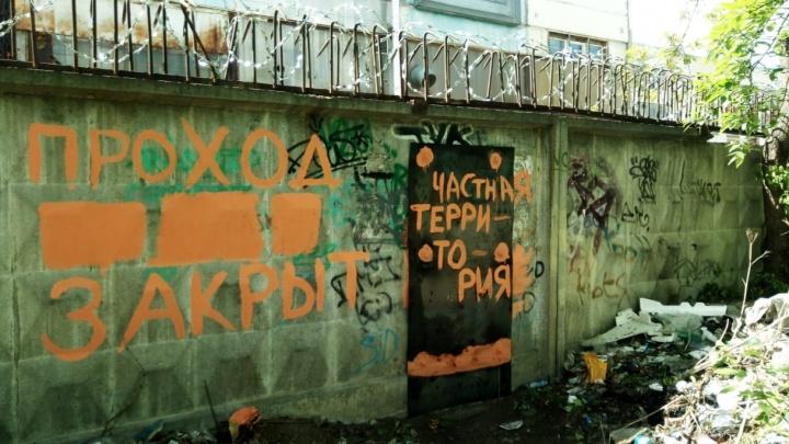Прощай, народная тропа: прямой путь между ЖБИ и Втузгородком перекрыли, заварив дыру в заборе
